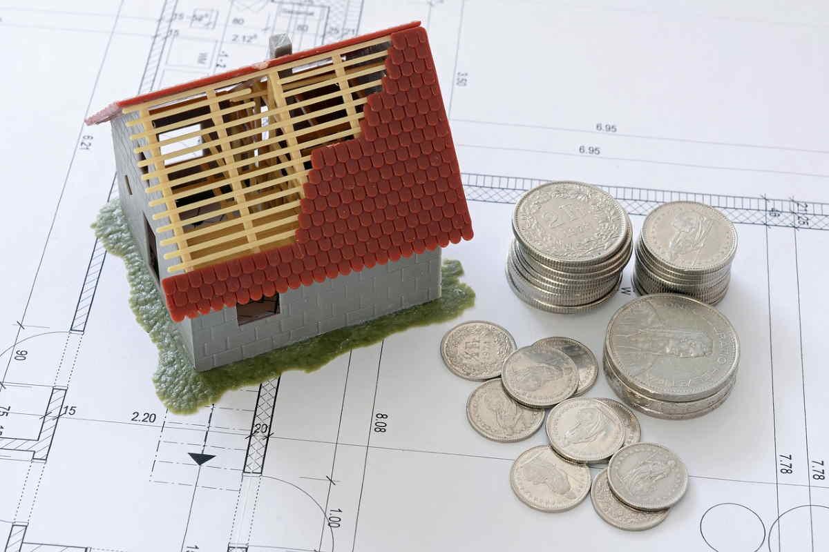 Sháním úvěr na 3 milióny korun, na koupi rodinného domu. Dům má odhadní cenu cca 3,5 miliónu korun, část bych platila ze svých peněz. Mám stabilní příjem ze zaměstnání. Vlastním také byt, kde bydlím, v ceně cca 1 – 1,5 miliónu korun. Ten chci následně prodat a peníze bych použila na splátku úvěru za dům.