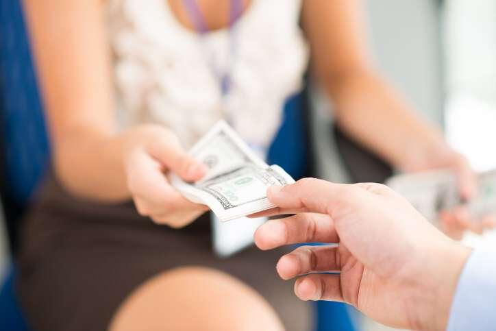 Sháním půjčku na směnku na zaplacení několika malých mikropůjček od nebankovních společností. Celkem se jedná o částku 85 tisíc korun. Mohu měsíčně splácet 3500 Kč. Prosím o nějakou solidní nabídku půjčky.