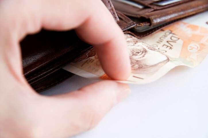 Hledám půjčku 25 000 Kč bez výpisu z bankovního účtu, nebo bez dalšího dokazování příjmu. Pracuji v restauraci jen na DPP a peníze dostávám v hotovosti na ruku. Potřebuju rychlou půjčku na zaplacení účtů. Peníze mohu vrátit do 3 měsíců.