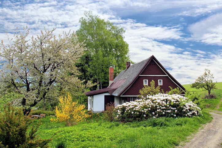 Hledám půjčku 1 milión korun (1 000 000 Kč), na nákup rodinného domu. Peníze potřebuji co nejdříve, hodně to spěchá. Jsem zaměstnaná, a mohu splácet 10 – 15 tisíc korun měsíčně. Většinu půjčky bych doplatila jednorázově, po prodeji mého bytu.